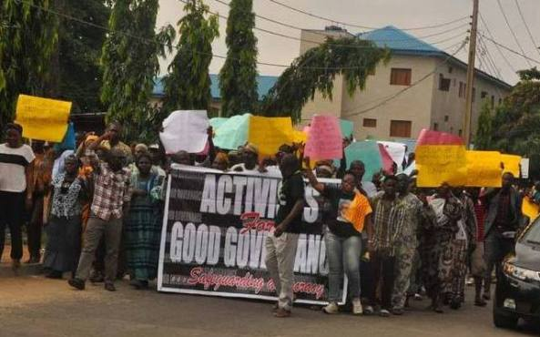 SOME OF THE MARCHERS ON INEC FOR POSTPONEMENT SAID THEY DID NOT UNDERSTAND THE PURPOSE OF THE FAKE PROTESTS BUT WERE LATER SEEN COLLECTING THEIR SHARE OF MONEY BEING DISTRIBUTED!